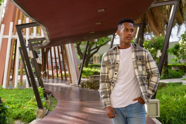 여름 가로 샷 동안 도시에서 야외에서 아프리카 흑인 남자의 초상화
