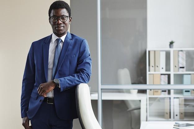 Портрет африканского бизнесмена в формальной одежде во время работы в офисе