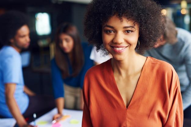 アフリカの実業家の肖像画が会議を管理します
