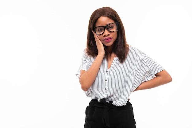Портрет африканских expresive молодая девушка позирует