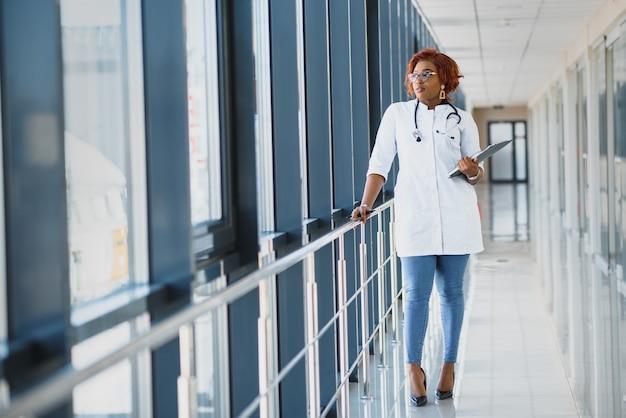 職場でのアフリカの女性医師の肖像画