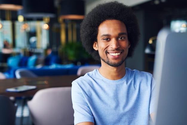 사무실에서 아프리카 남자의 초상화
