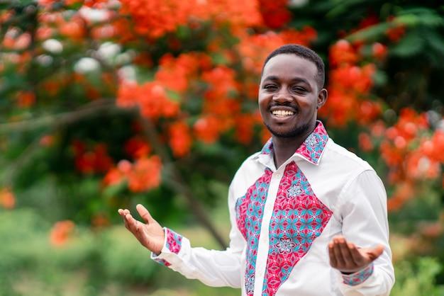 笑顔で幸せな伝統的なネイティブの布を身に着けているアフリカ人の肖像画。