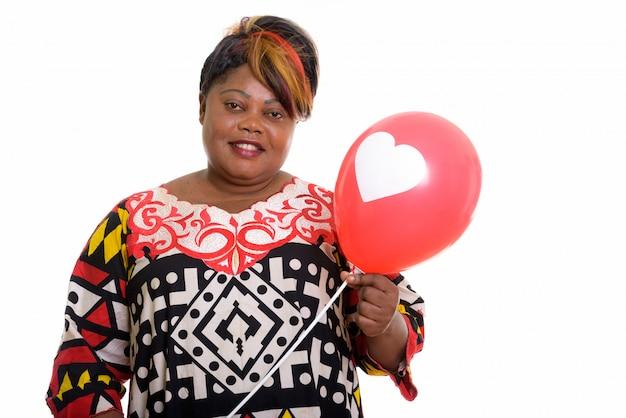 Портрет африканской женщины, держащей воздушный шар