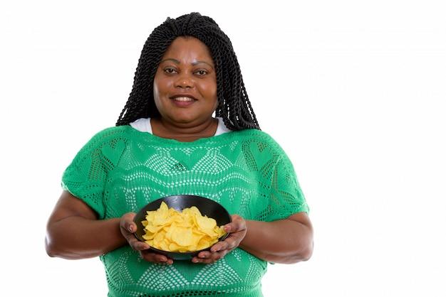 Портрет африканской женщины, держащей фишки