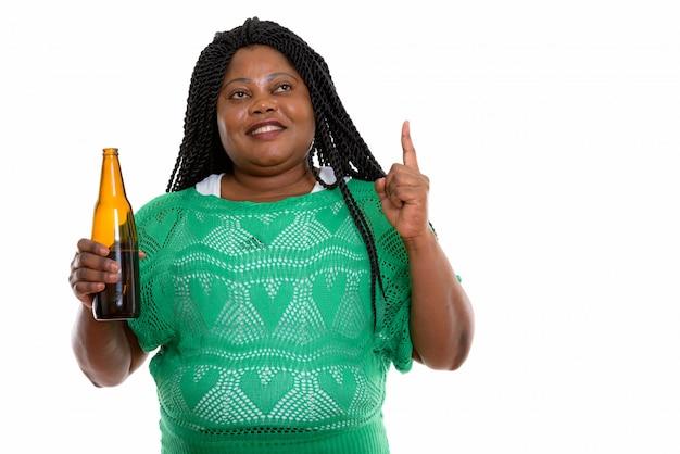 飲み物を保持しているアフリカの女性の肖像画