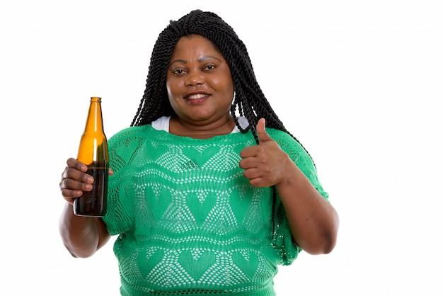 Портрет африканской женщины, держащей напиток