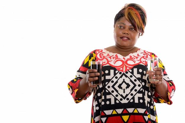 メガネを保持しているアフリカの女性の肖像画