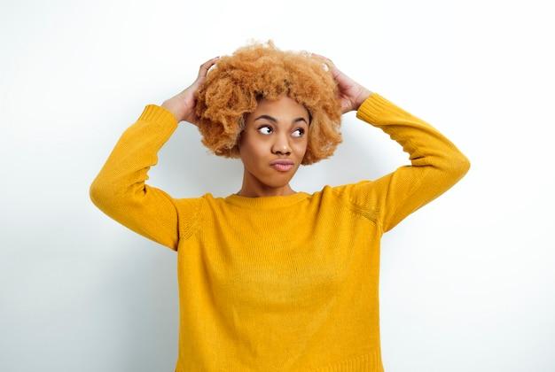 巻き毛に触れるアフリカの女性の肖像画。