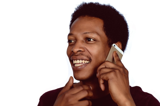 彼の電話で話しているアフリカ系アメリカ人の男の肖像画。コミュニケーションの概念。