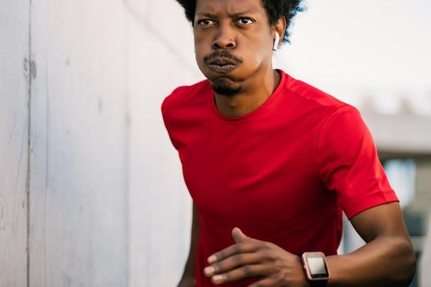 실행 하 고 야외에서 운동을 하 고 아프리카 선수 남자의 초상화. 스포츠와 건강한 라이프 스타일.