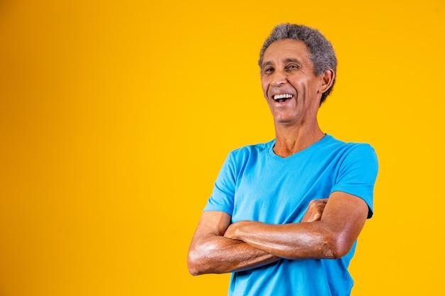 カメラに笑みを浮かべて腕を組んでアフロ老人の肖像画。