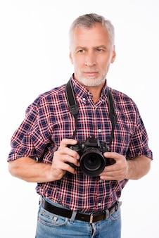 カメラを持って写真を撮ろうとしている高齢の写真家の肖像画