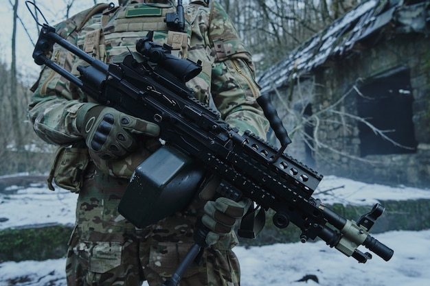 숲에서 기관총 전문 장비에 airsoft 선수의 초상화. 전쟁에서 무기와 군인