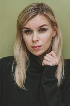メイクで魅力的な女性の肖像画