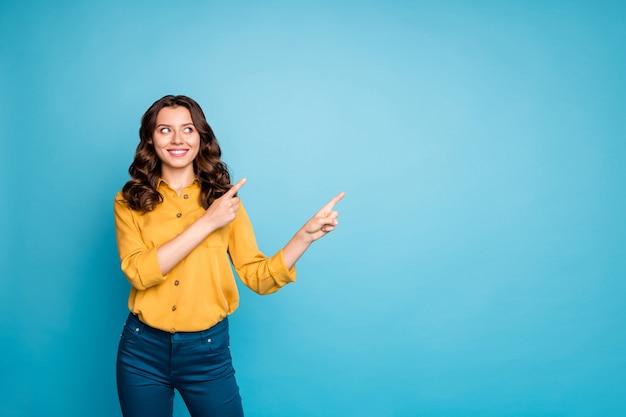 Портрет удивительной бизнес-леди, указывающей пальцем на пустое место, заинтересована советовать новый продукт