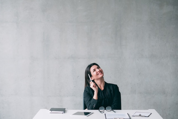 야심 차고 영감을 얻은 비즈니스 여성의 초상화는 프로젝트에 대해 생각하고 아이디어를 얻었습니다. 행복한 표정. 공간을 복사하십시오.