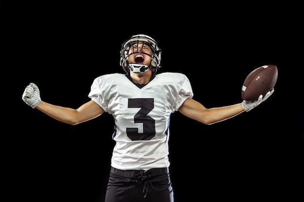 黒で隔離のスポーツ用品のアメリカンフットボール選手の肖像画