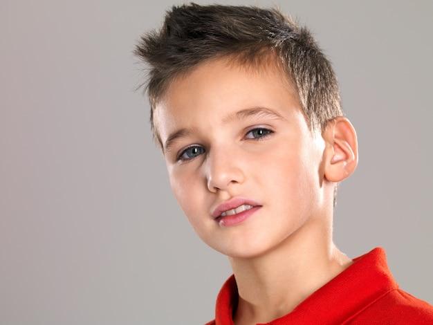 Портрет очаровательного молодого счастливого мальчика, смотрящего в камеру