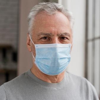 フェイスマスクを身に着けている成人男性の肖像画