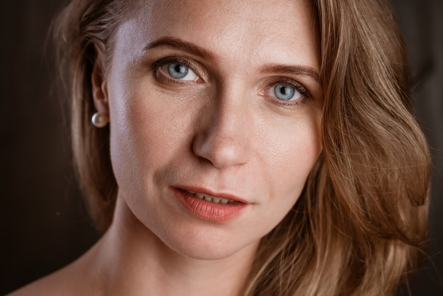 大人の女性の肖像画クローズアップ暗い背景のきれいな肌美しい目