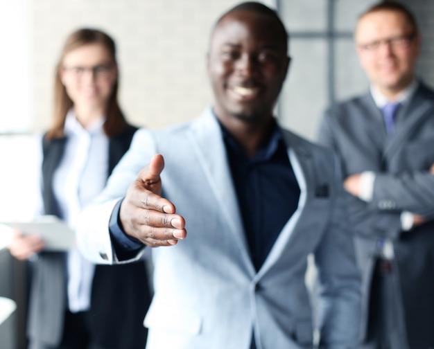 Портрет афро-американского делового человека с открытой ладонью, готового заключить сделку