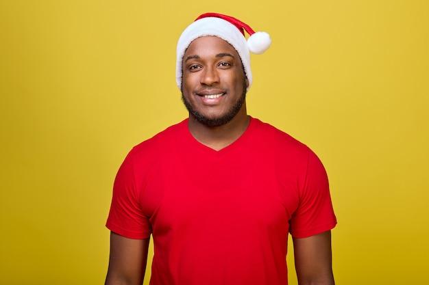 Портрет афроамериканца в праздничном новогоднем наряде, изолированном на желтом фоне