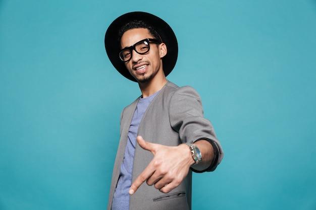 Портрет афро-американского человека в очках и шляпе