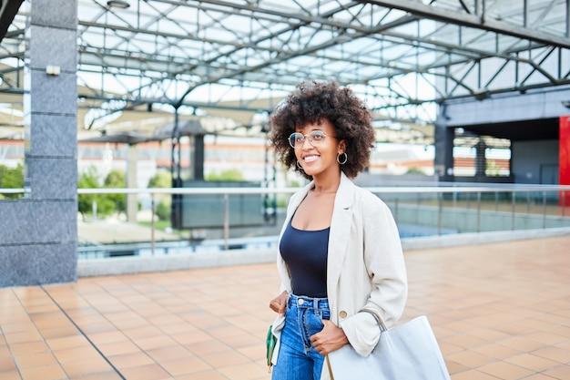쇼핑몰에서 쇼핑하는 가방을 든 아프리카 여성의 초상화