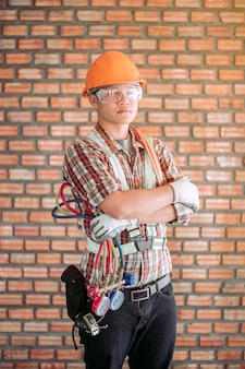 標準的な安全制服を着たエアコンの専門技術者の肖像