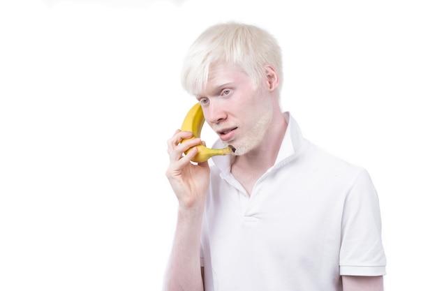 白い背景で隔離のスタジオ服を着たtシャツのアルビノの男の肖像画。異常な逸脱。珍しい外観