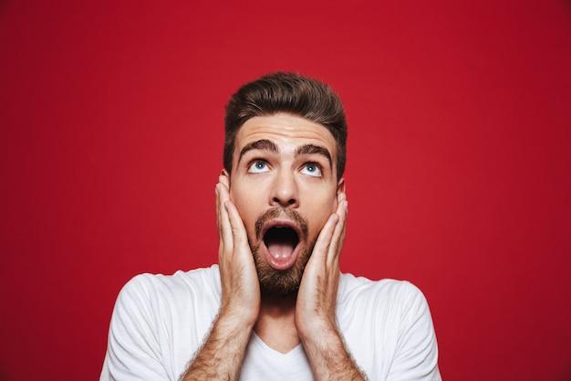 큰 소리로 비명을 지르는 놀란 된 젊은 수염 난된 남자의 초상화