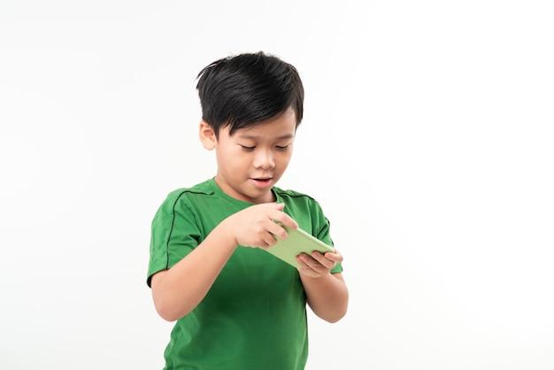 화이트 이상 격리 스마트 폰에서 게임을 즐겁게 귀여운 꼬마의 초상화