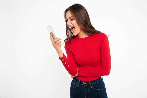 Портрет злой азиатской женщины кричать на мобильный телефон