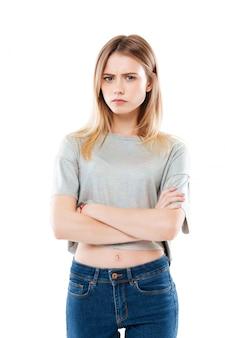立っている怒っている失望した若い女性の肖像画