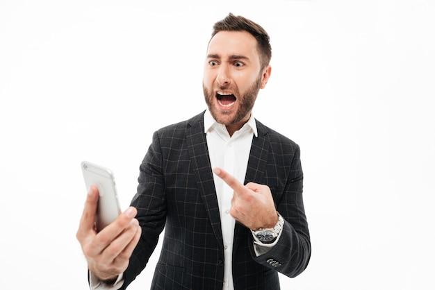 Портрет злой человек держит мобильный телефон