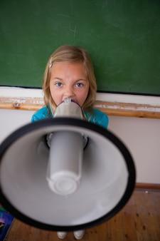 メガホンで叫ぶ怒っている女子学生の肖像