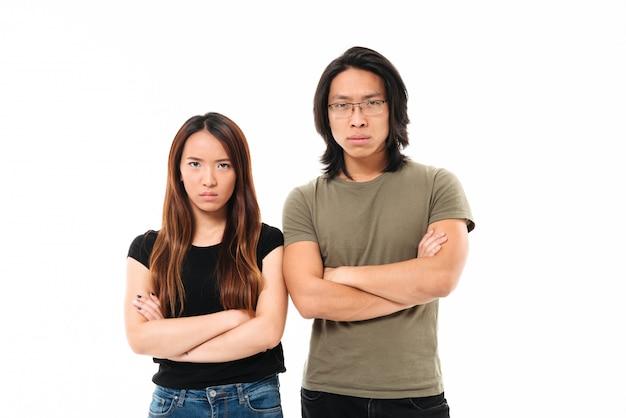 怒っている動揺のアジアカップルの肖像画