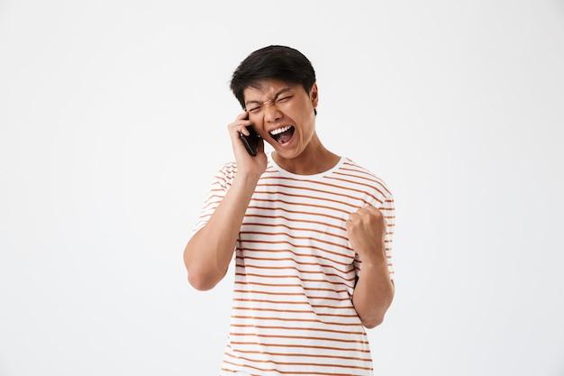 Портрет сердитого молодого азиатского человека
