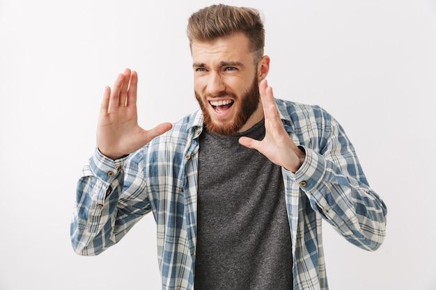Портрет сердитого молодого бородатого мужчины стоя