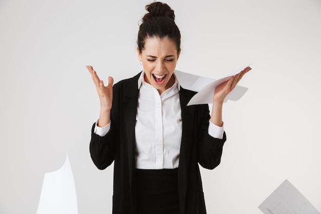 Портрет сердитой молодой бизнес-леди кричать