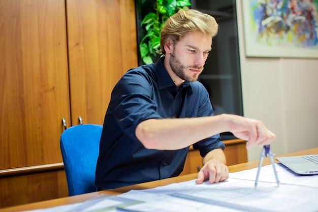 Портрет архитектора за работой в своей мастерской