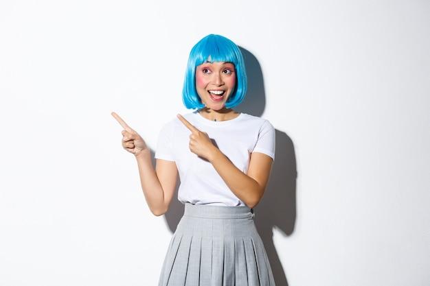 파란색 짧은 가발에 아시아 여자의 초상화