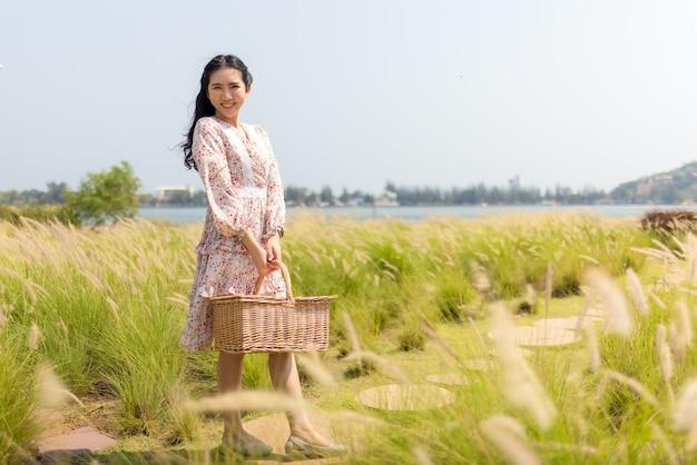 Портрет азиатской девушки, ищущей спокойствия и умиротворения в цветочном саду.