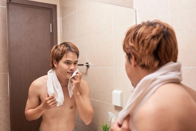 浴室で洗うアジア人男性の肖像画