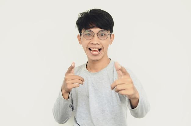幸せで興奮して眼鏡をかけているアジア人男性の肖像画