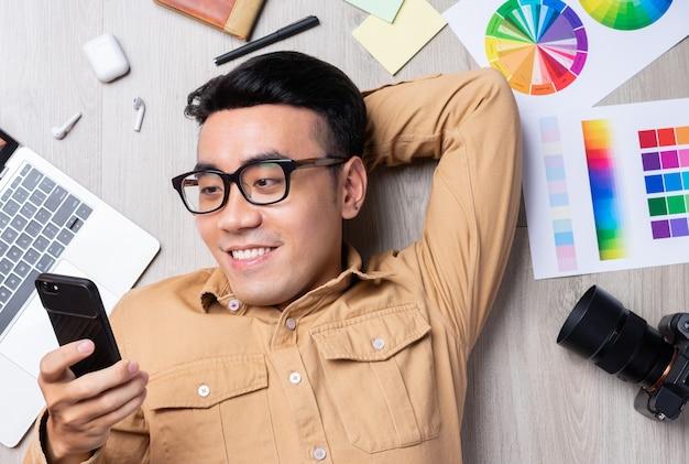 Портрет азиатского мужчины, работающего самостоятельно в области дизайна