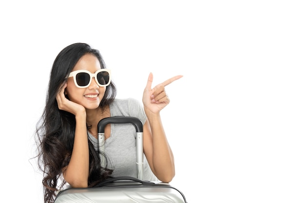 Портрет азиатской женщины в летнем платье с чемоданом