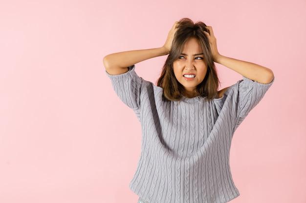 怒っているアジアの若い女性の肖像画