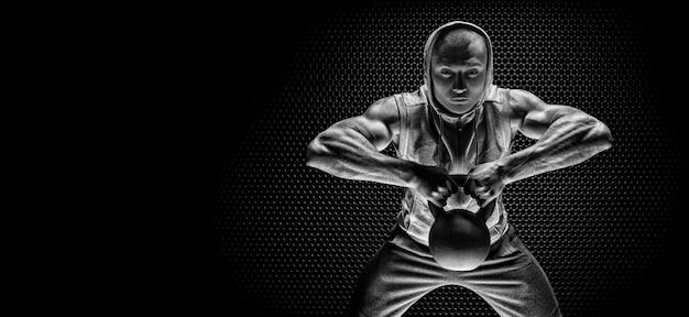ケトルベルをあごに引っ張るアスリートの肖像画。スポーツと健康的なライフスタイルの概念。ミクストメディア